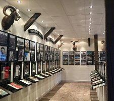 Die Eingangshalle von Norma - beeindruckende Bilder und Trophäen