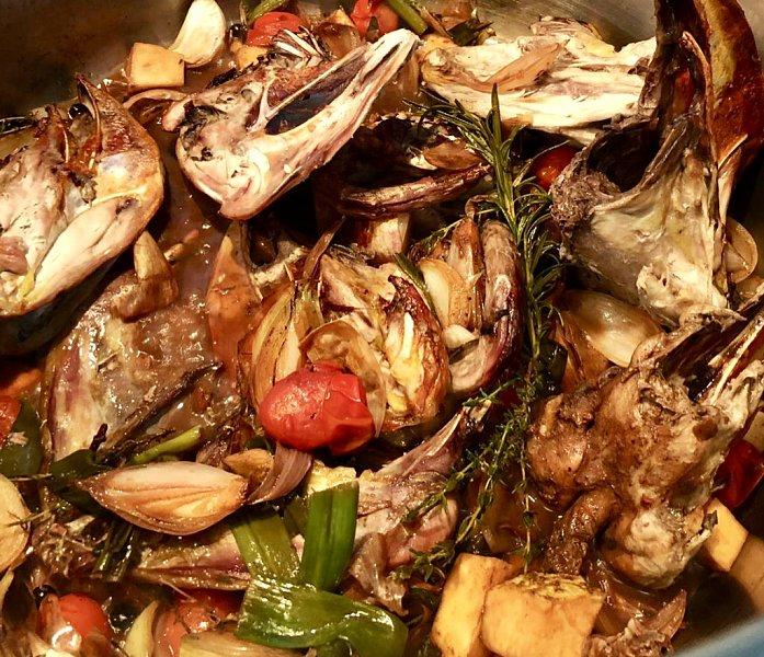 Klare Suppe vom Fasan mit Jakobsmuschel und Shiitake Pilzen