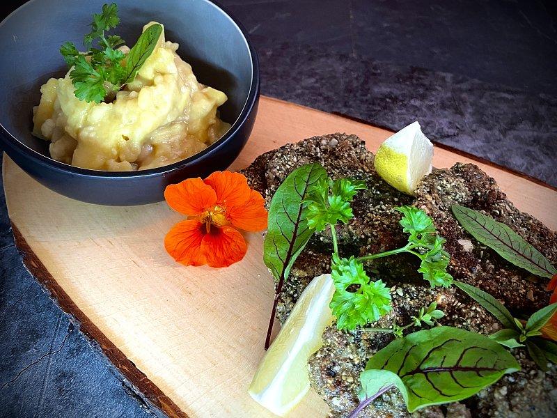 Schnitzelplatte vom Wildschwein in Kürbiskernpanade mit Kartoffelsalat